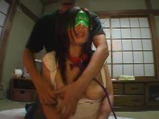 目隠しされた状態で手枷、首輪を嵌められた素人女が敏感な乳首にローターを垂らされSM調教プレイ
