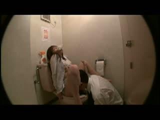 社内不倫だってwww上司に会社のトイレでセックスしちゃう女子社員