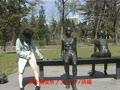 銅像と並んで・・・1
